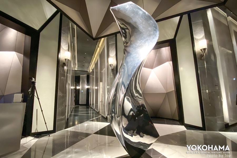 〔ザ・カハラ・ホテル&リゾート 横浜〕の1階エントランス